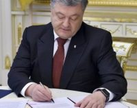 Новые правила парковки и штрафы: Порошенко подписал закон для водителей