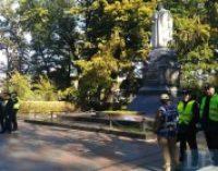 Полиция не допустила повреждения националистами памятников в Мариинском парке
